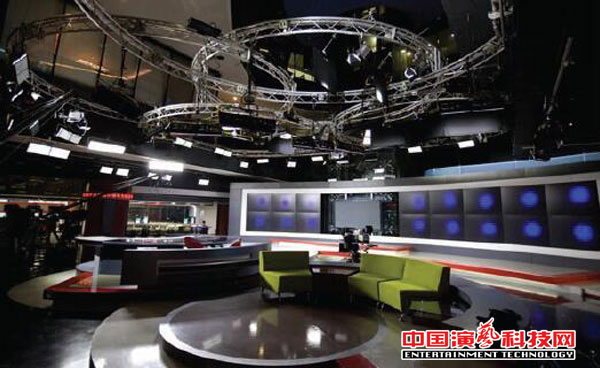 What are the benefits of the high color temperature light in the studio for the stage lighting design?