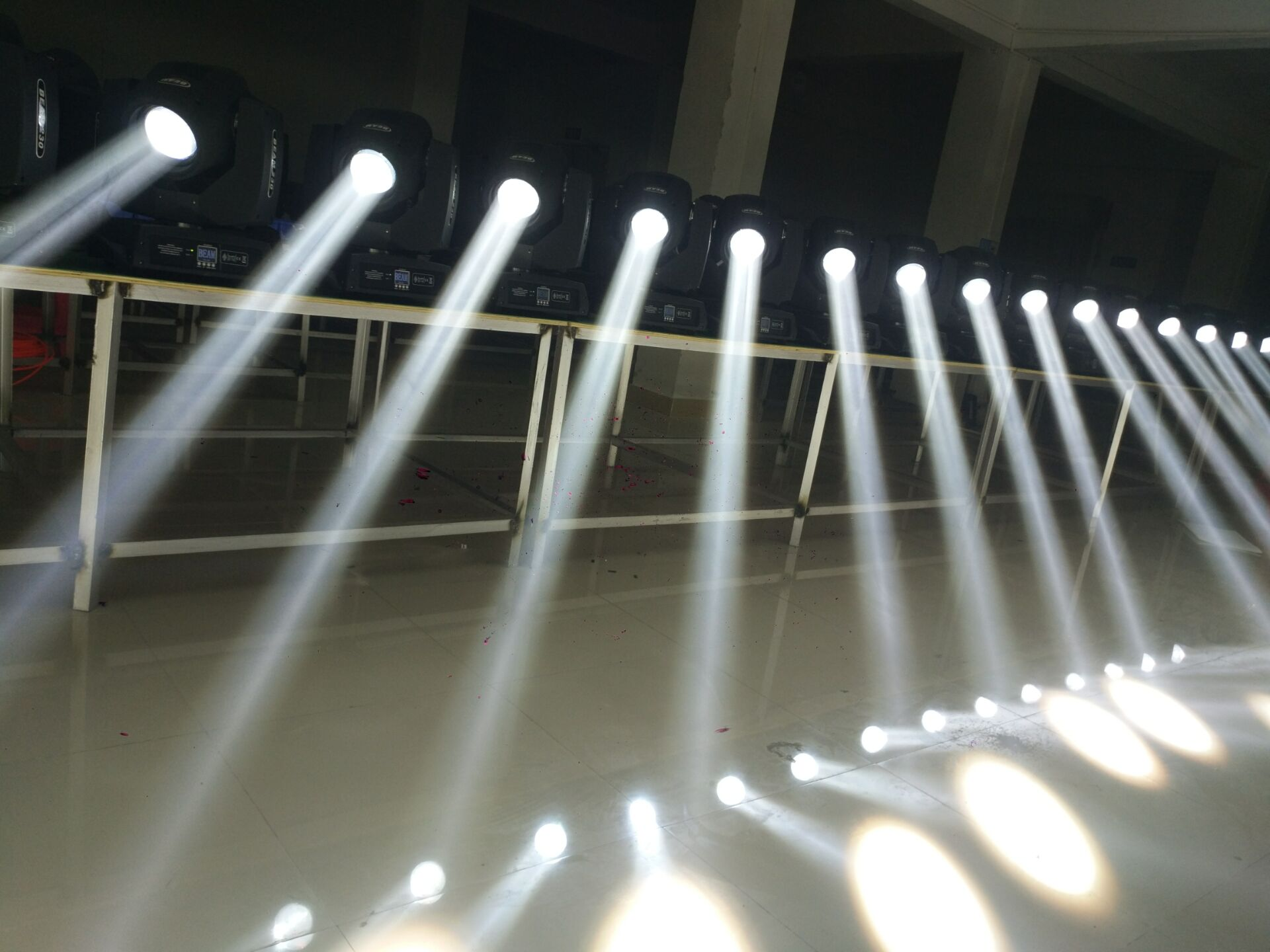 摇头光束灯使用注意事项效果图